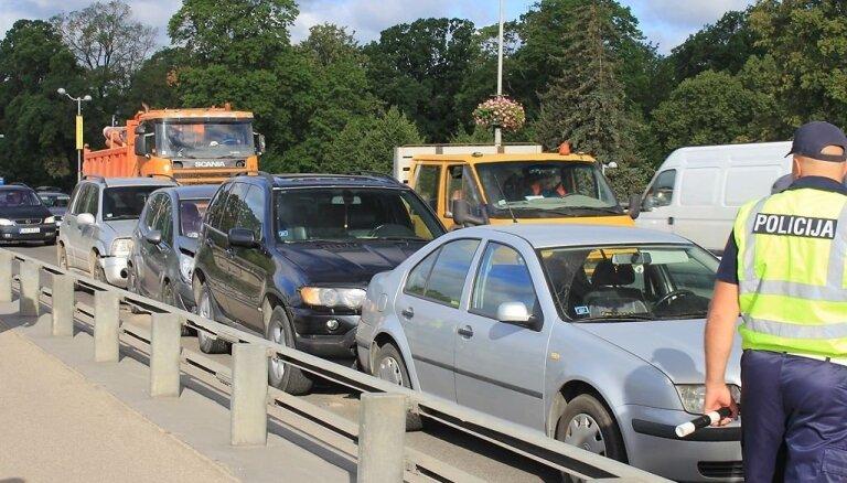Foto: Jelgavā 'vilcieniņā' avarē četri auto