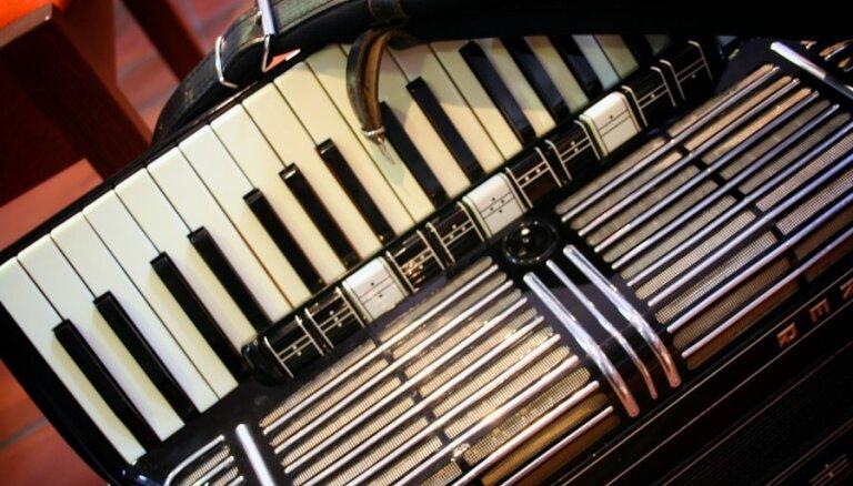 100 akordeonisti pulcēsies lielkoncertā Latvijas simtgadei