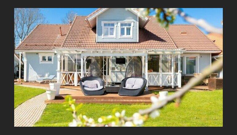 Foto: Gaišais sapņu namiņš Tallinas pievārtē, kurā ir 10 modīgas istabas