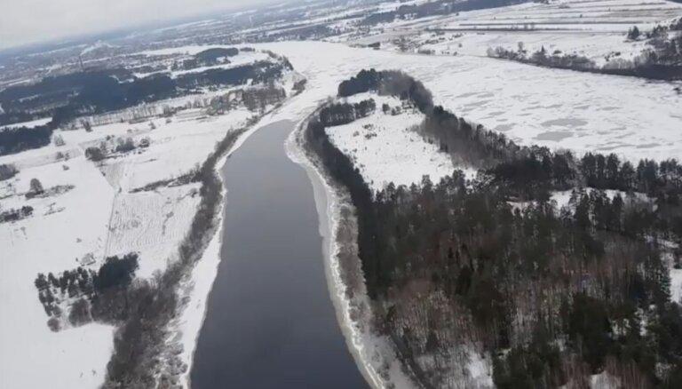 Daugava 'aprijusi' vasarnīcas pie Jēkabpils: aizraujošs video no lidaparāta skatpunkta