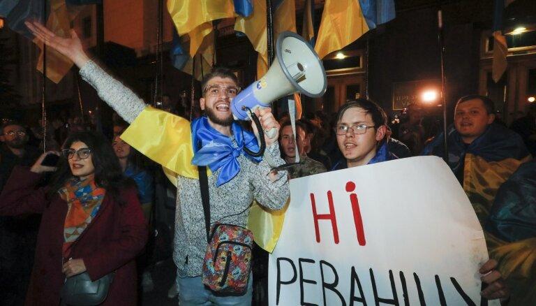 'Kapitulācijai nē': Kijevā protestē pret 'Šteinmeiera formulas' apstiprināšanu