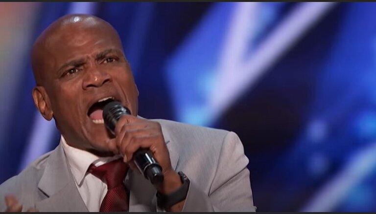 Video: Tā dzied vīrs, kurš 37 gadus 'atsēdējis' par noziegumu, ko nebija veicis
