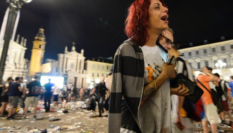 ФОТО, ВИДЕО: В фан-зоне в Турине взорвалась петарда, началась давка и пропал ребенок