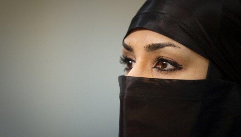 Суд постановил ослепить на один глаз иранку, которая облила свою жертву кислотой