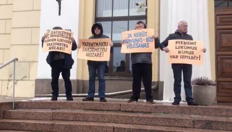 ВИДЕО: Профсоюз таксистов провел в Риге пикет за введение патентной платы
