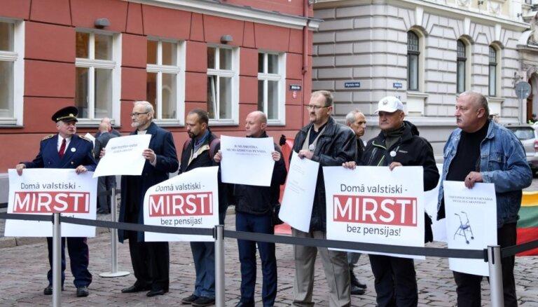 Foto: Daži policisti piketē par izmaiņu neveikšanu izdienas pensiju sistēmā