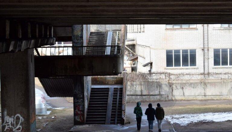 Par cilvēka nosišanu zem Zemitāna tilta piespriež nosacītu cietumsodu