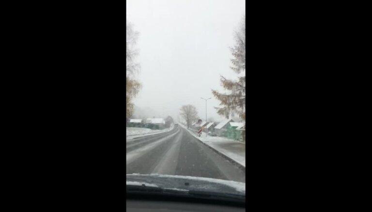 Video: 'Delfi' aculiecinieki ziņo par sniegu Latvijā