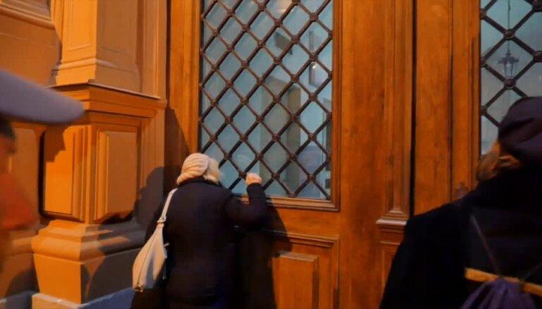 Video: 'Es gaidīju pusotru stundu,' apmeklētājs sašutis par Biržas priekšlaicīgo slēgšanu Muzeju naktī
