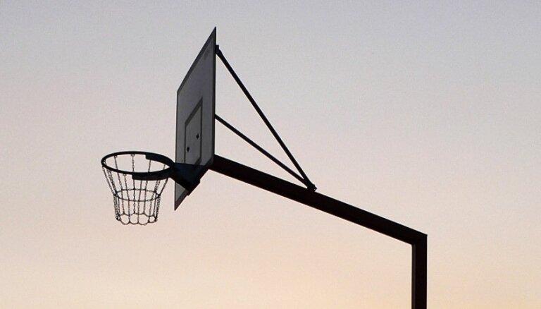 Četri iedzīvotāji slēgtā skolas pagalmā uzspēlē strītbolu; katrs tiek pie 100 eiro soda