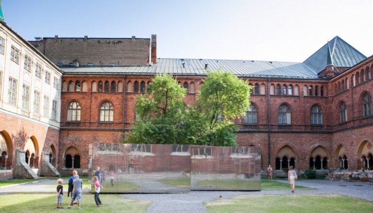 Notiks konkurss māksliniekiem par iespēju veidot izstādes Rīgas Doma dārzā