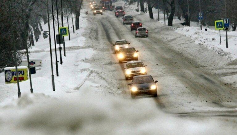 Brīdina par apledojušiem auto ceļiem Kurzemē un Zemgalē