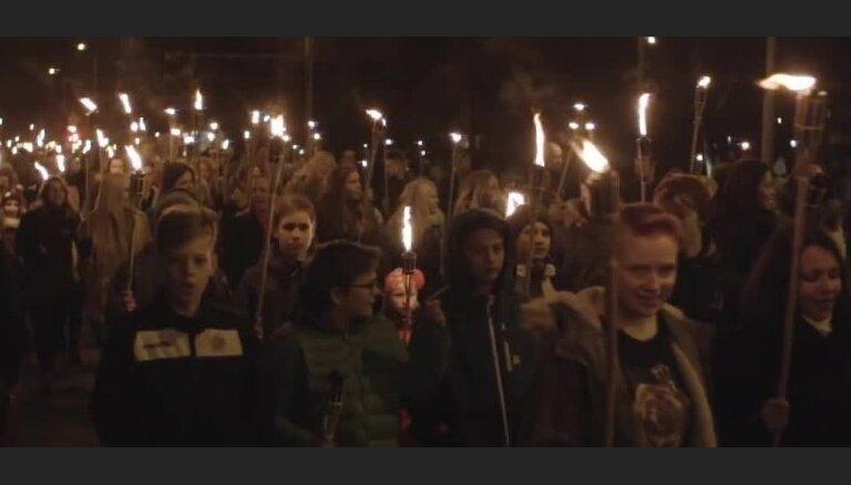 Iespaidīgi video: Kā Lāčplēša dienas lāpu gājieni Latvijas pilsētās pulcēja cilvēku tūkstošus