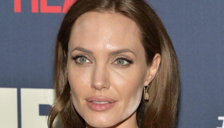 ФОТО: Таблоиды посмеялись над макияжем Анджелины Джоли