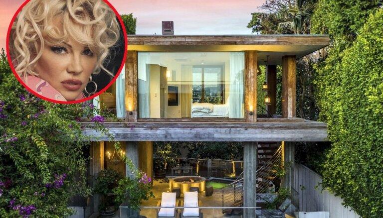 Pamela pārceļas uz dzimteni un tirgo savu namu Malibu. Kā tajā izskatās?