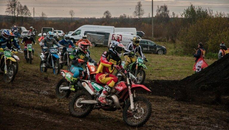 Foto: Leons Kozlovskis uzvar sezonas noslēguma motokrosa 'Cross Country' sacensībās