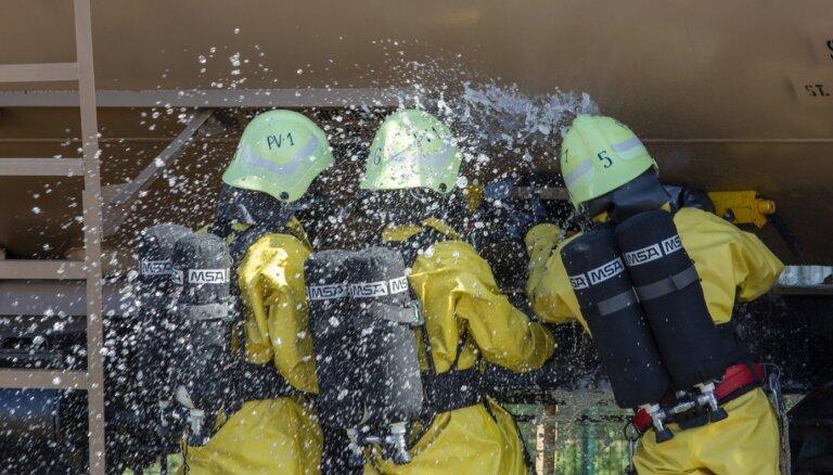 Rēzeknes stacijā likvidēta sērskābes noplūde no cisternas