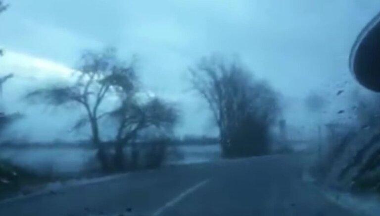 Video: 'Emīl, izbeidz driftus taisīt!', un auto noslīd no ceļa