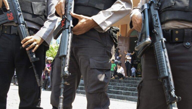 Sprādzienos pret baznīcām Indonēzijā nogalināti vismaz 10 cilvēki un ievainoti vairāk nekā 40