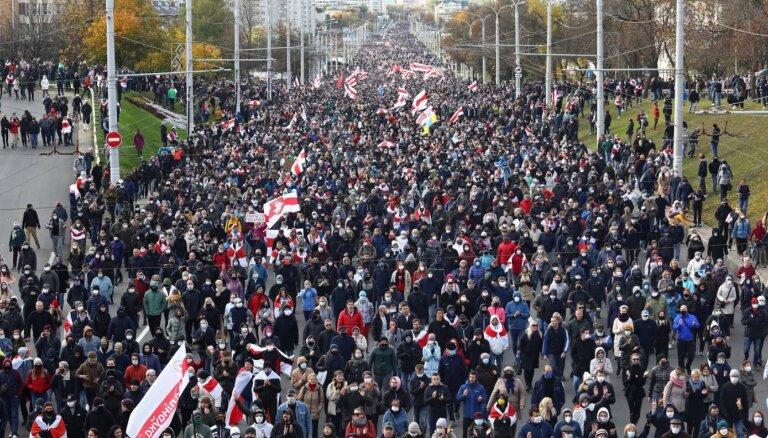 Baltkrievijā turpinās protesti pret Lukašenko režīmu; daudz aizturēto (plkst. 17:20)