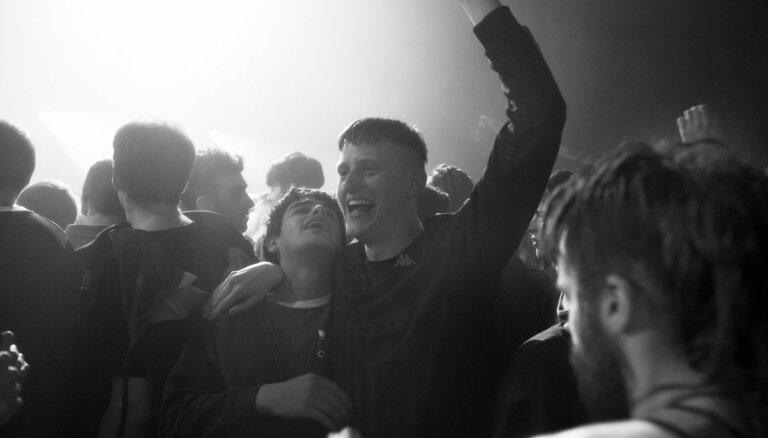 Kinoteātros nonāks filma 'Beats' par 90. gadu nelegālajiem reiviem Skotijā