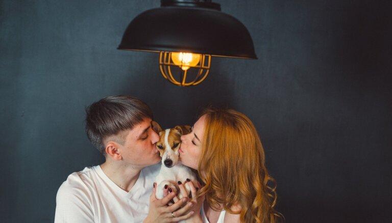 Aptauja: suņu saimnieki savu četrkājaino draugu bučo biežāk nekā mīļoto
