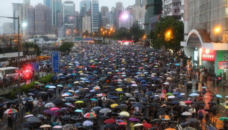 """Полиция Гонконга задержала лидера """"революции зонтиков"""""""
