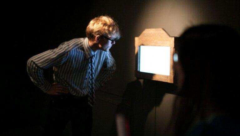 Foto: Atklāj piekto Artishok Biennāles 'A+B=AB14' mākslas darbu - video par laiku