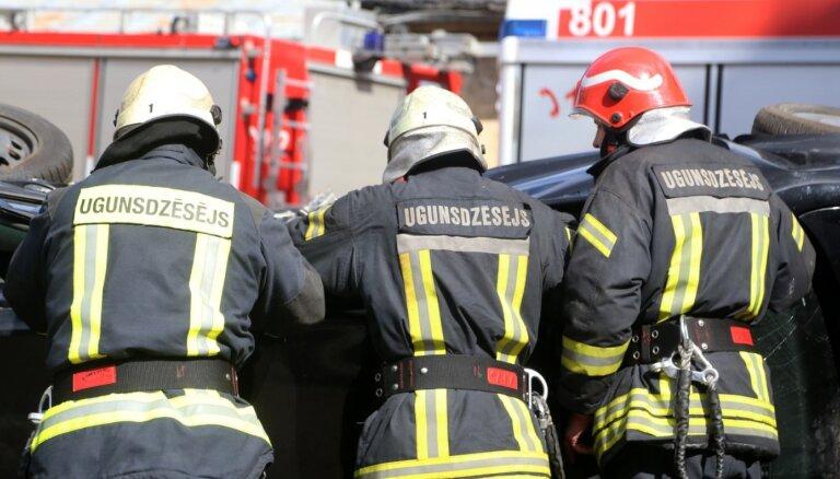 Pirmdien ugunsgrēkā Jelgavā cietis cilvēks