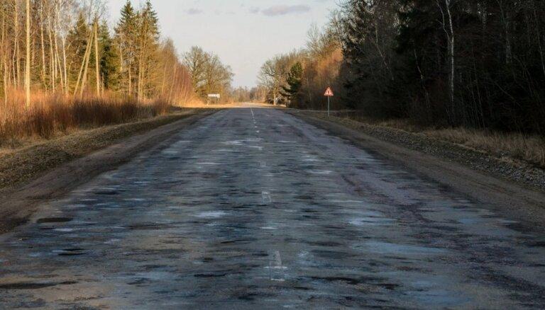 25% valsts galveno autoceļu ir sliktā stāvoklī; reģionālie grants ceļi vēl bēdīgāki