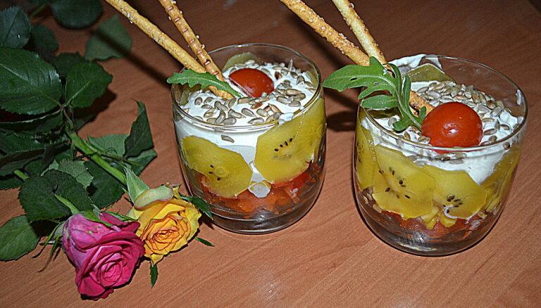 Салат из паприки, кукурузы и киви со взбитыми сливками