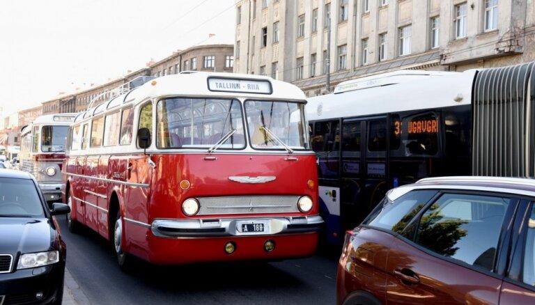 ФОТО: Парад исторических автобусов в Риге
