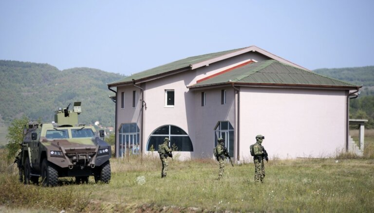 Serbi uz Kosovas robežu nosūta bruņumašīnas; situācija pierobežā saspringta