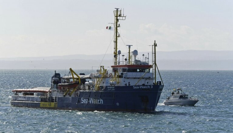Migrantu grupa Vidusjūrā nolaupa tirdzniecības kuģi