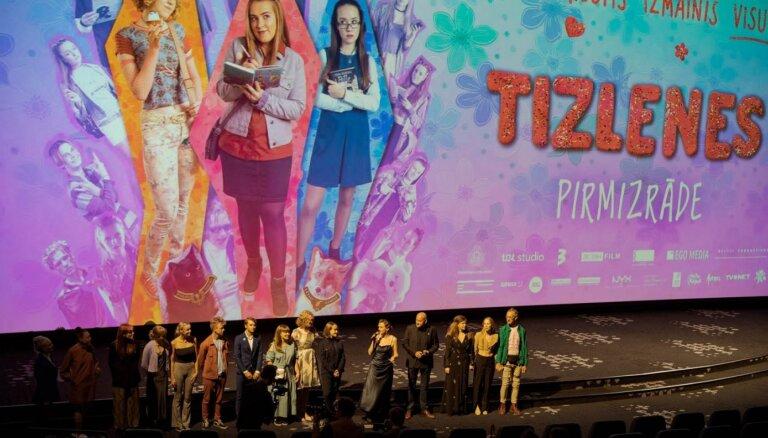 Kinoteātros nonāk pašmāju jauniešu komēdija 'Tizlenes'