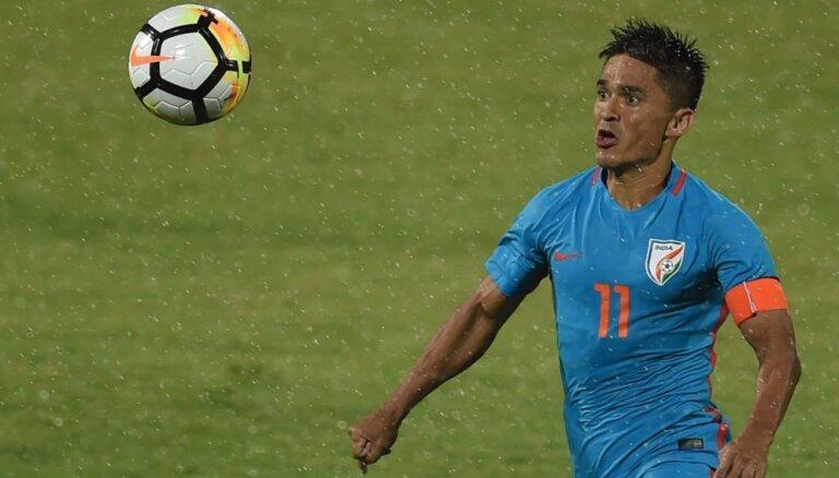 Indijas futbola izlases kapteinis izlasē gūto vārtu statistikā panācis Lionelu Mesi