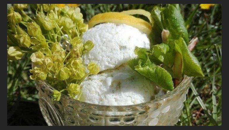 Ēteriskais kļavu ziedu, liepu lapu un citrona saldējums