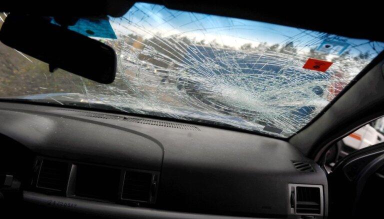 Vairāki auto nobrauc no ceļa un apgāžas; vadītāji nonāk slimnīcā