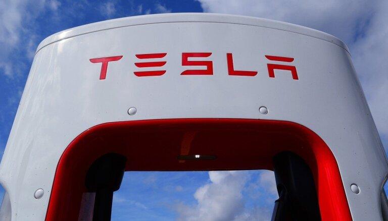 Izejmateriālu trūkums veicina 'Tesla' auto cenu pieaugumu