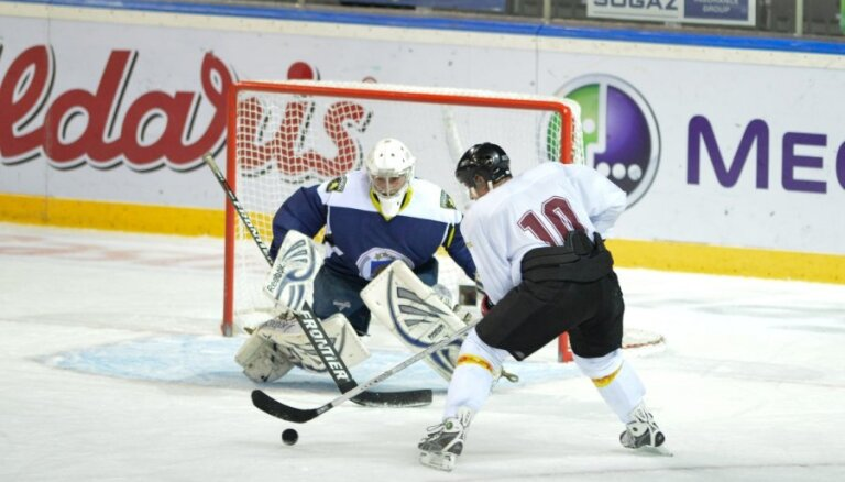 Foto un video: Valsts policijas un Saeimas komandas sacenšas hokeja laukumā