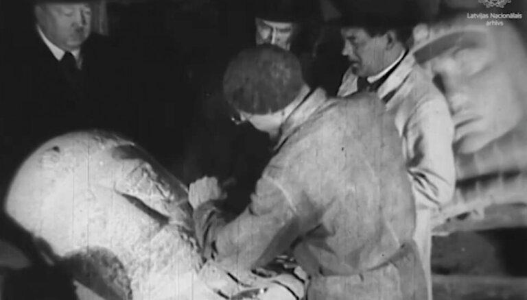 Vēsturiski kadri: Brīvības pieminekļa apdares darbi