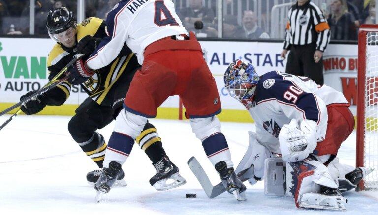 Merzļikins ar veiksmīgu sniegumu sekmē 'Blue Jackets' uzvaru pār spēcīgo 'Bruins'