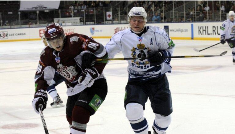 Rīgas 'Dinamo' KHL konferenču pastarīšu cīņā uzvar Habarovskas 'Amur'