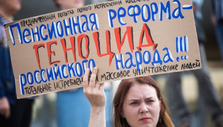 """Российские СМИ: футбольное чудо в """"Лужниках"""" и первые пенсионные протесты"""