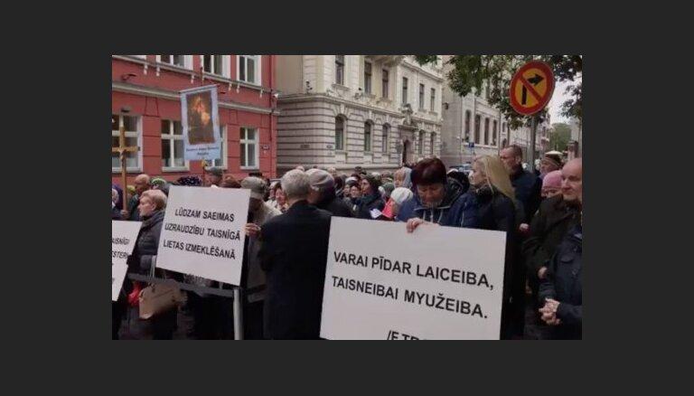 ВИДЕО: Приехавшие в Ригу латгальцы провели возле Сейма пикет в поддержку Зейли