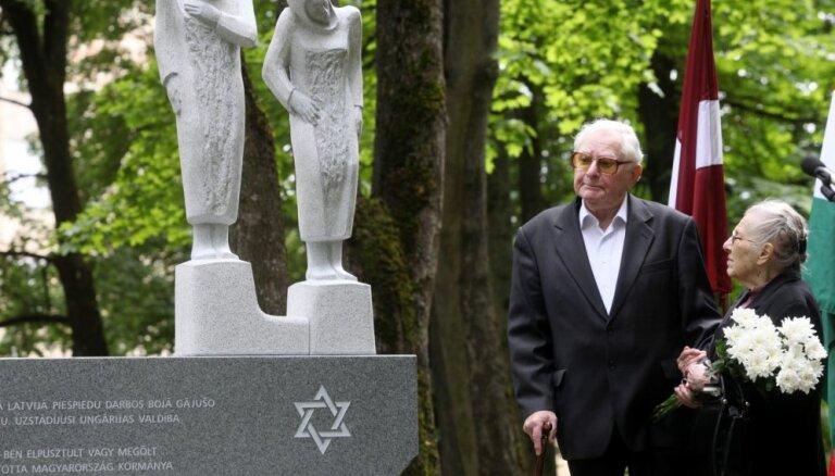 ФОТО: В Риге открыт памятник в честь венгерских еврейских женщин