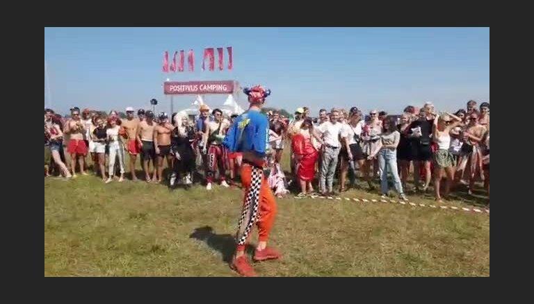 Roja Rodžera 'Nelegālā modes skate' pie festivāla 'Positivus' telšu pilsētiņas
