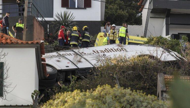 Portugāles salā Madeirā avarējis tūristu autobuss; vismaz 28 cilvēki gājuši bojā