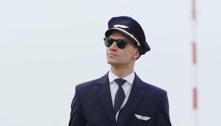 Video: Rallijkrosa braucējs Baumanis piepilda sapni un iejūtas lidmašīnas pilota ādā