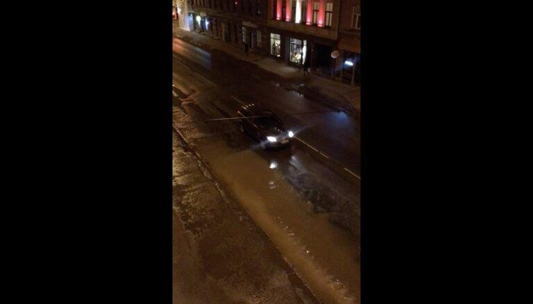 Video: Plīsis ūdensvads izraisa plūdus Čaka ielā